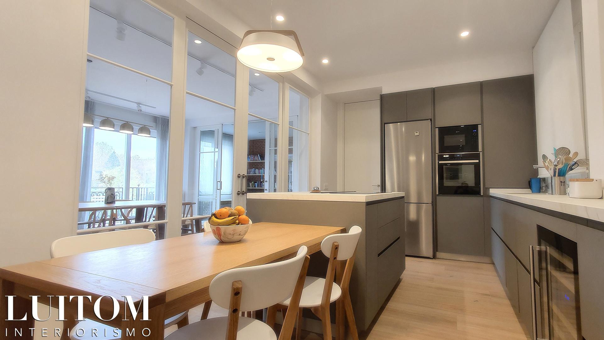 cristaleras-cocinas-pared-cristal-separacion-cocina-salon-cristalera-metalica-madera-blanca-negra-07