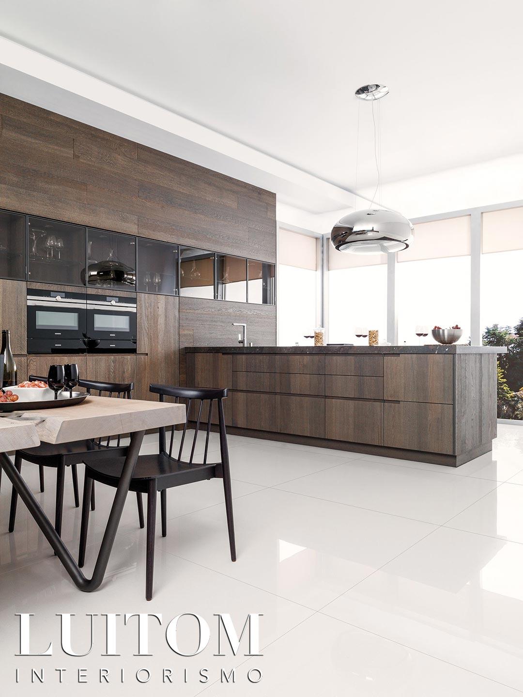 ideas-cocinas-muebles-madera-lujo-roble-oscuro-vitrinas-isla-comedor