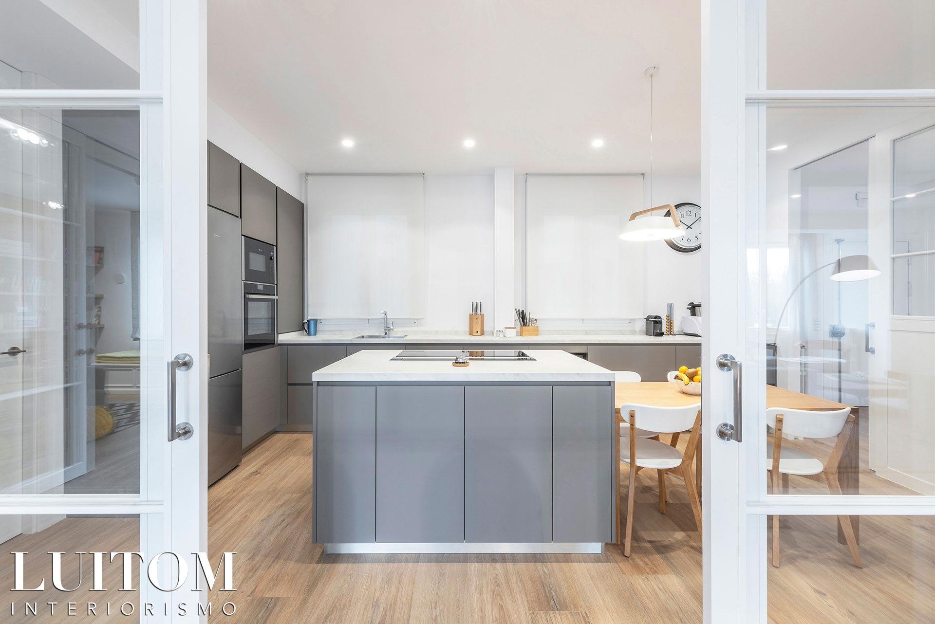 mobiliario-cocina-lujo-diseno-cocinas-madrid-mueble-laca-seda-isla-porcelanico