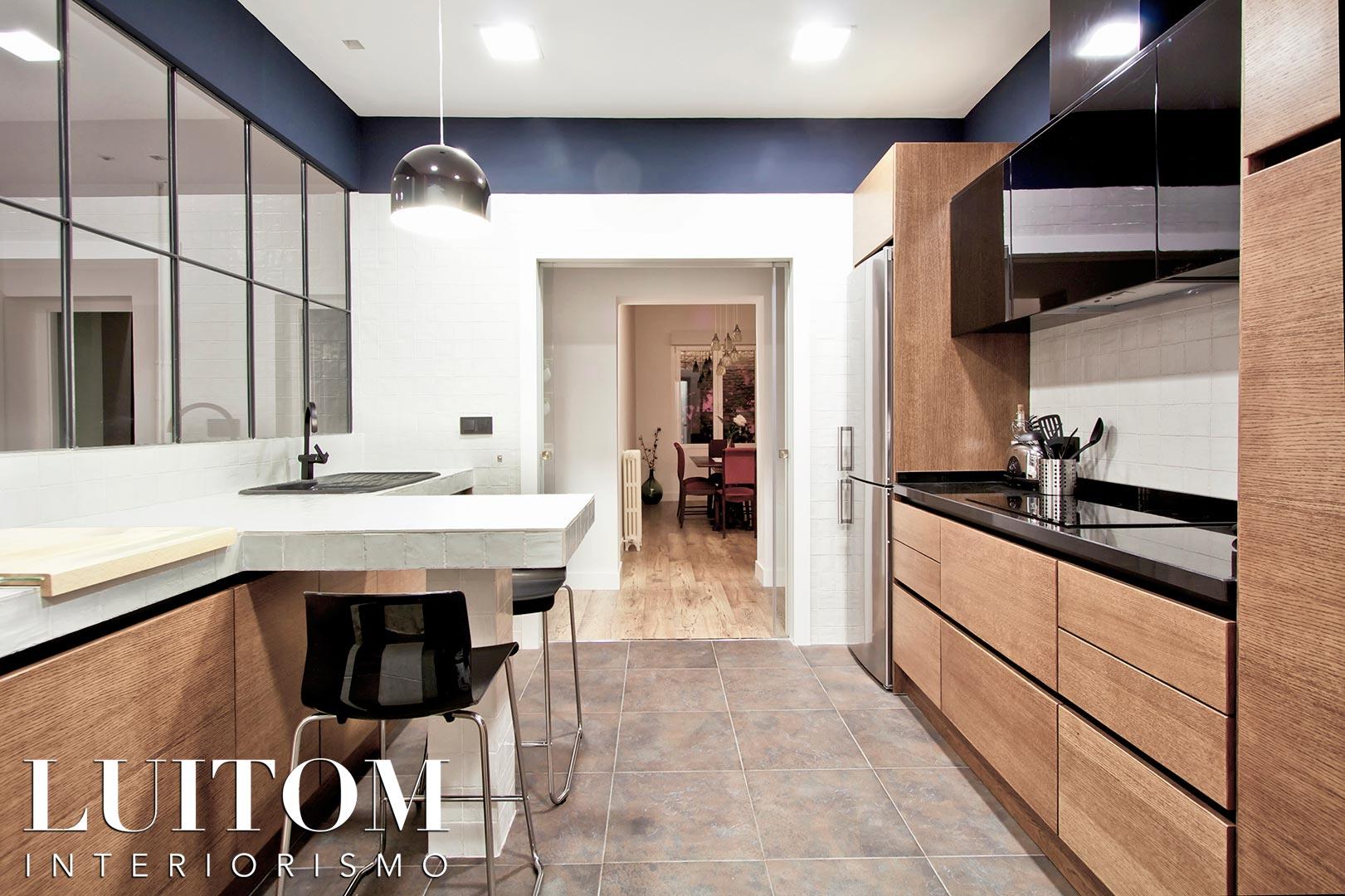 mobiliario-cocina-rechapado-madera-natural-cocinas-elegantes-negro-madera